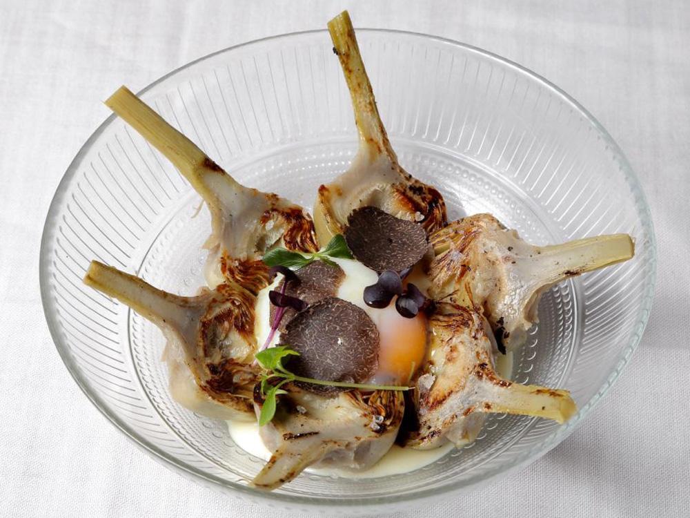 IV Edición Descubre la trufa. La Parrilla de Albarracín. Zaragoza. Alcachofas salteadas con ajito sobre crema fina de patata, huevo a baja temperatura y trufa.