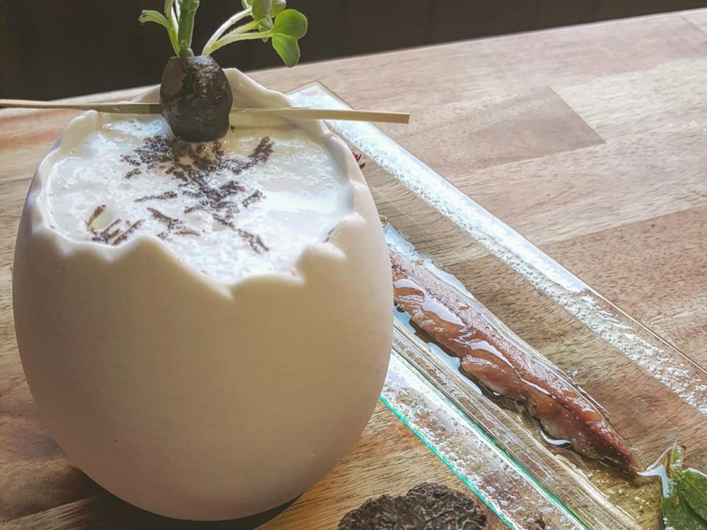 IV Edición Descubre la trufa. Moonlight Experimental Bar Zaragoza. Negroni trufado. Vermut de salvia con ginebra salada, bíter, espuma de trufa y manzanilla. Acompañado de oliva negra liofilizada con salicornia y brotes. Se ofrece con una salmuera.