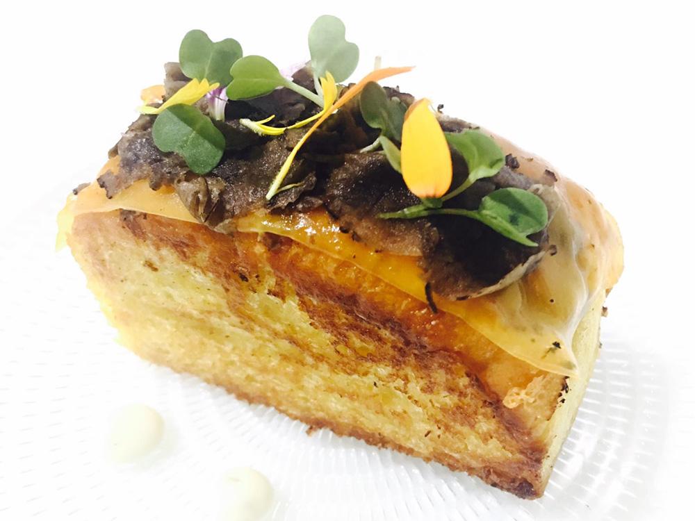 CASA FAU Pº, EJEA DE LOS CABALLEROS (ZARAGOZA). 1) Brioche foie-micuit con trufa melanosporum. 2) Tartar de atún rojo Balfegó, huevo campero, crema de calabaza y trufa.