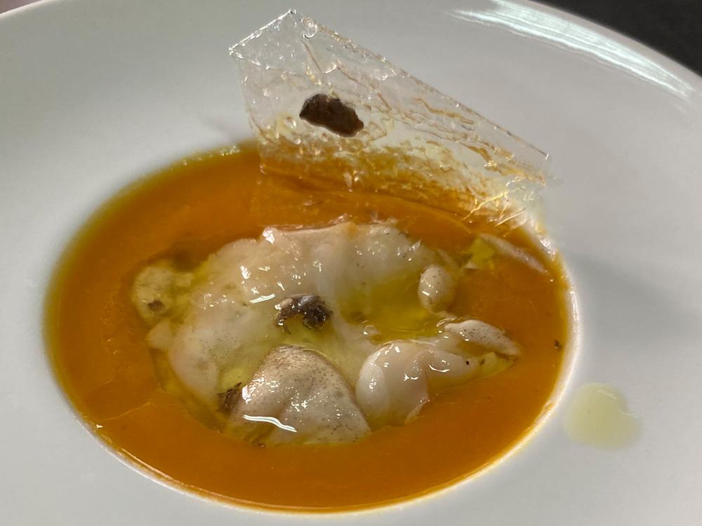CASA JOSÉFRAN, SALILLAS DE JALÓN (ZARAGOZA). Cococha de bacalao confitada en aceite trufado de arbequina y crema de calabaza violina.