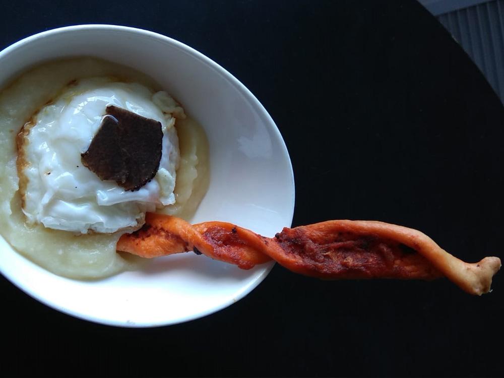 HOTEL RESTAURANTE EL PATIO, LA ALMUNIA DE DOÑA GODINA (ZARAGOZA). Huevo trufado cocido y frito, puré de coliflor y bastón de sobrasada.