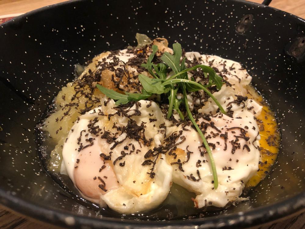 Huevos rotos con trufa - Parrilla Albarracín