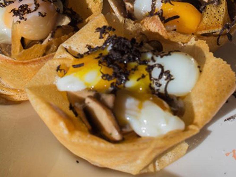 LA CLAKETA, EJEA DE LOS CABALLEROS (ZARAGOZA). 1) Portobello envuelto en crujiente con huevo de codorniz pochado y trufa. 2) Saquito de puré de patata con cecina y trufa.