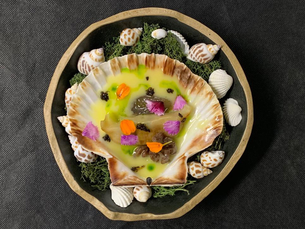 MAI TAI FOOD AND COCKTAIL (Zaragoza), Raíces. Gyozas de Vieiras; cebolleta caramelizada con trufa, nueces en escabeche, sobre una salsa de mantequilla trufada y té verde marcha.