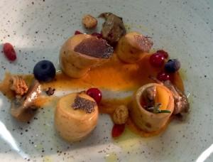 patatitas confitadas con caldo de setas trufa y frutos de invierno