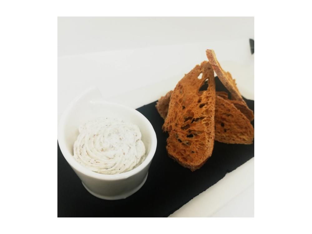 Tostadas de mousse de queso trufado - La Fábrica de Solfa